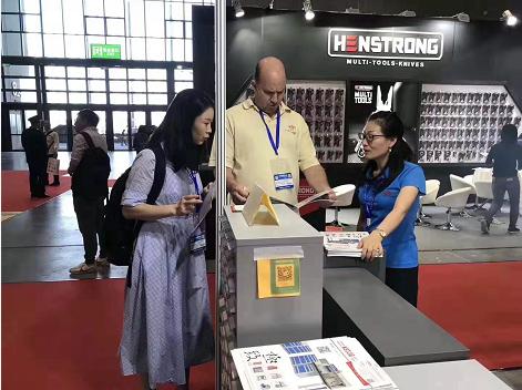 天金冈技术经理周艳玲女士为国外客户讲解产品