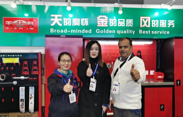 天金冈技术经理周艳玲与国际展商合影