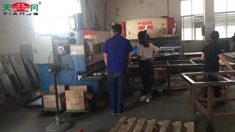德资企业考察团队走进工具柜厂家天金冈,实地参观考察工厂!