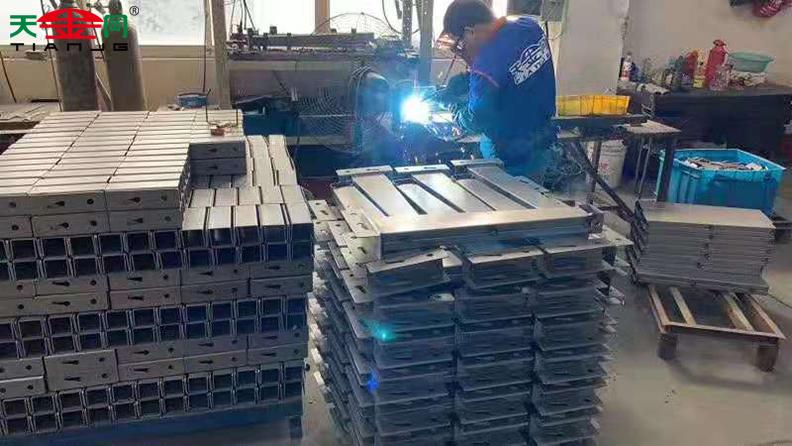 工具柜厂家天金冈生产过程一角
