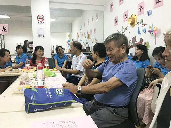 电脑柜厂家天金冈发起社区关爱老人活动