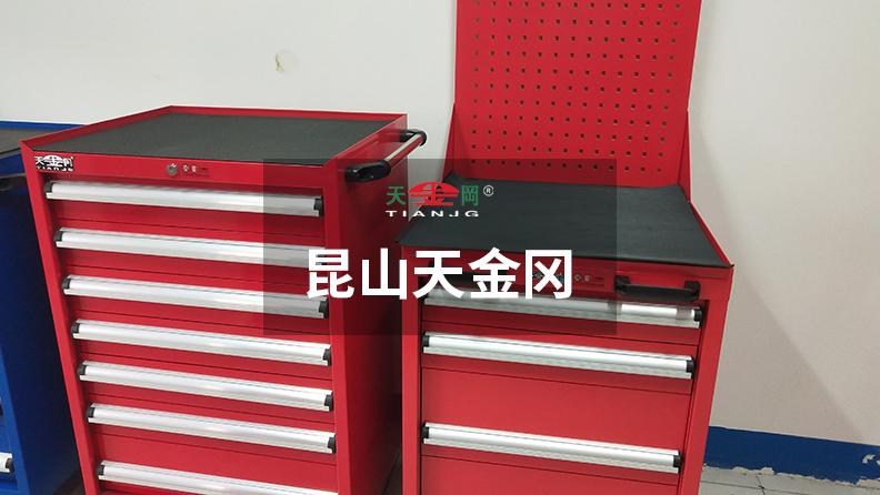 天金冈工具柜公司旗下车间工具柜抽屉导轨采用专利导轨设计,并配合机械轴承滑动!